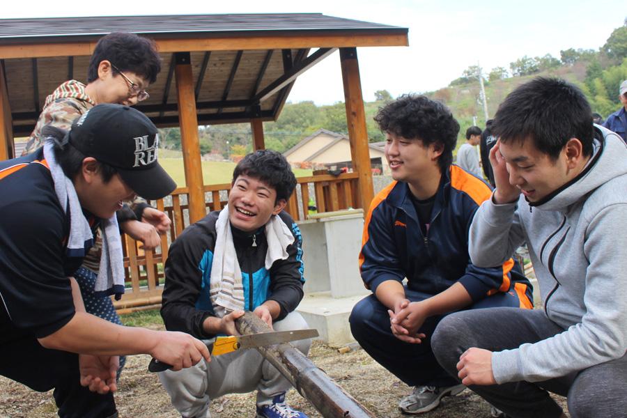 行政、ボランティア、学生が共に活動しています。~鞍ヶ池公園の整備を通して~