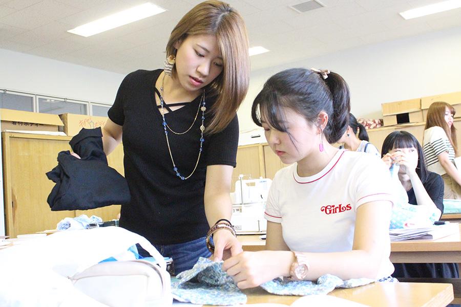 「被服実習Ⅰ」でシャツを製作中(家政学専攻)