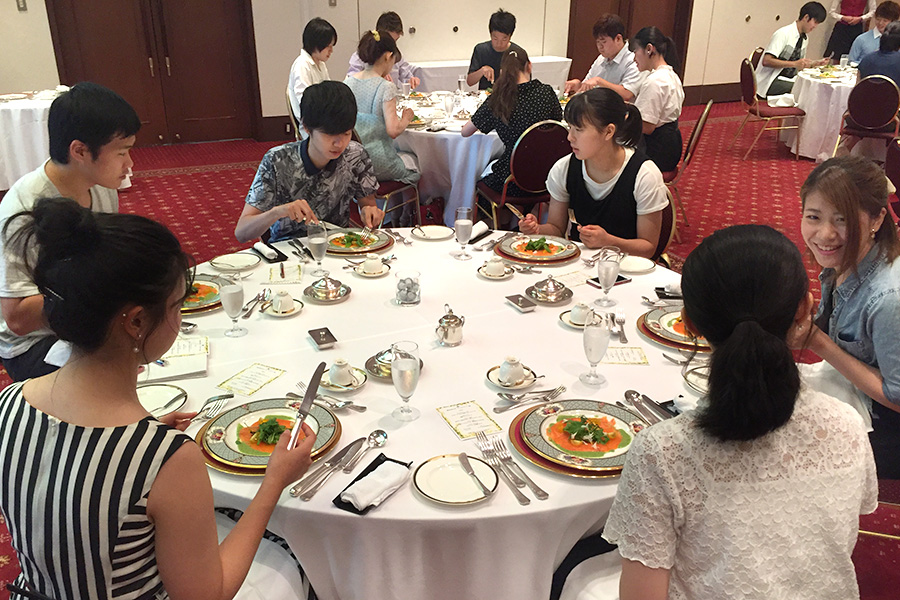 ホテルのレストランでテーブルマナーを学びました。(家政学専攻)