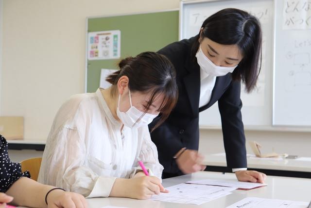 美術の模擬授業【こどもの生活学科】