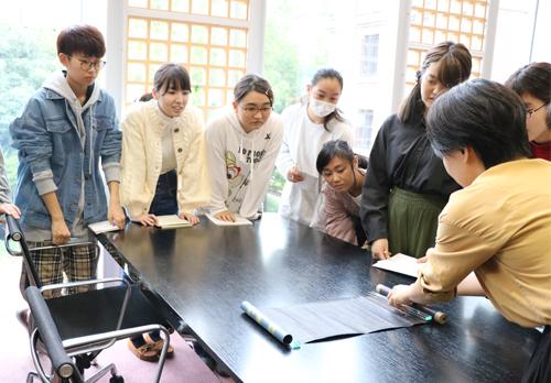 図書館司書を目指す学生が岩瀬文庫にて貴重な蔵書を見学しました